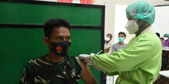 Tenaga Kesehatan Jajaran Kodam IV/Diponegoro Menerima Vaksinasi Tahap Pertama