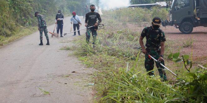 Peduli Kebersihan Lingkungan, Satgas Pamtas Yonif 407/PK Bersama Masyarakat Karya Bhakti Bersihkan Jalan