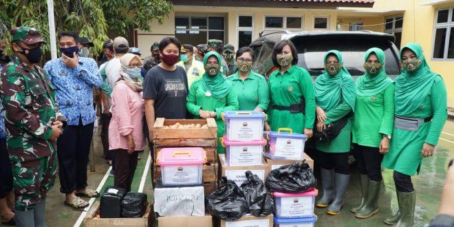 Empati Persit KCK Koorcab Rem 071 PD IV/Diponegoro Kepada Warga Terdampak Banjir Kota Pekalongan, Berikan Bantuan