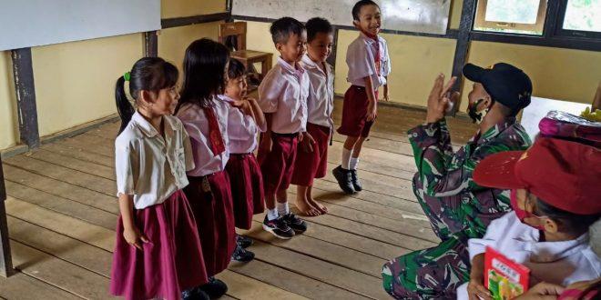 Kekurangan Guru Diperbatasan, Satgas Pamtas Yonif 407/PK Bantu Mengajar