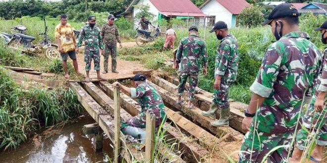 Permudah Akses Warga Perbatasan, Satgas Pamtas Yonif 407/PK Bersama Warga Perbaiki Jembatan