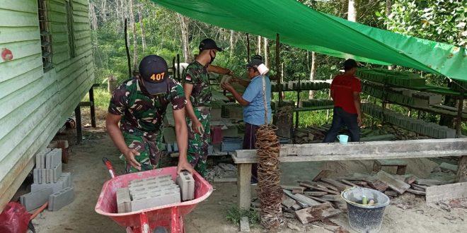 Tingkatkan Kenyamanan Beribadah, Satgas Pamtas Yonif 407/PK Bersama Warga Gotong Royong Renovasi Gereja Riam Sejawak