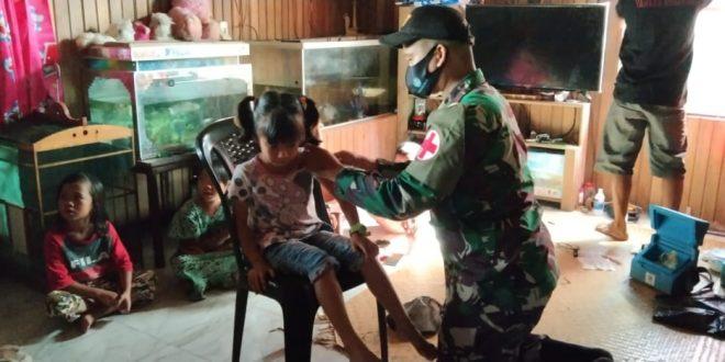 Peduli Kesehatan Ibu dan Anak, Satgas Yonif 407/PK Bantu Bersama Puskesmas Gelar Posyandu