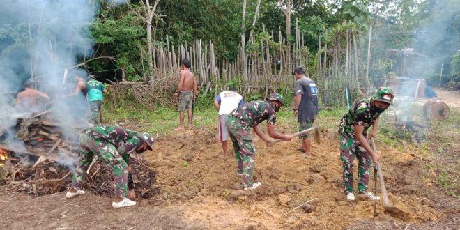 Satgas Pamtas Yonif 407/PK Karya Bhakti Bersama Warga Bangun Sarana Olahraga