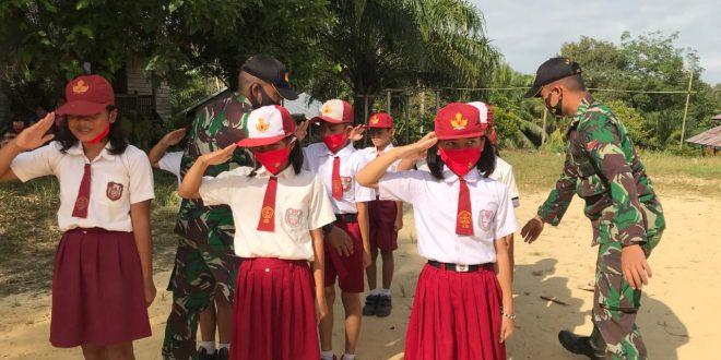 Bentuk Karakter Disiplin, Satgas Pamtas Yonif 407/PK Latihkan PBB Pada Anak Sekolah Dasar