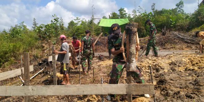 Satgas Pamtas Yonif 407/PK Bersama Warga Gotong-Royong Membangun Rumah Warga Yang Kurang Mampu