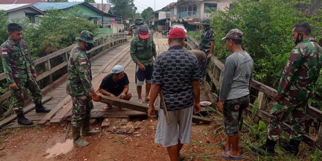 Satgas Pamtas Yonif 407/PK Bersama Warga Senaning Perbaiki Jembatan