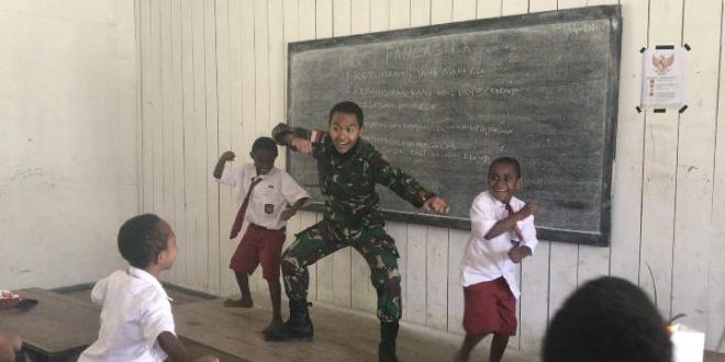 Bermain Sambil Belajar, Satgas Pamtas Yonif 403/WP Kenalkan Budaya dan Seni Tari Jawa Kepada Siswa-Siswi di Sekolah Dasar Wilayah Perbatasan Papua