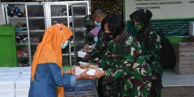 Kaajendam IV/Diponegoro Bagi-Bagi Takjil di Panti Asuhan Tarbiyatul Khasanah