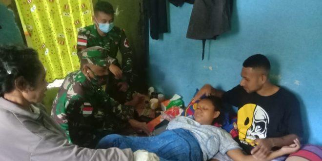 Bantu Warga Melahirkan, Satgas Pamtas Yonif 403/Wirasada Pratista Bantu Evakuasi Warga yang akan Melahirkan di Perbatasan Papua