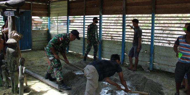 Satgas Pamtas Yonif 407/PK Karya Bhakti Merenovasi Balai Adat Bersama Masyarakat Perbatasan