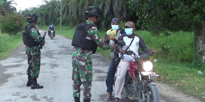 Berbagi itu Indah, Dalam Rangka Bulan Suci Ramadhan 1442 H Satgas Pamtas Yonif 403/WP Melaksanakan Pembagian Takjil kepada Masyarakat di Perbatasan Papua