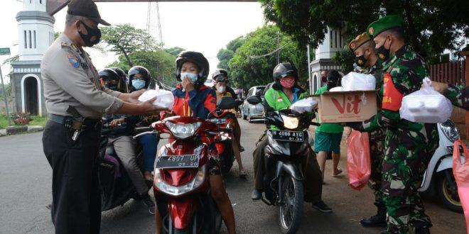 Takjil Gratis dari TNI- Polri