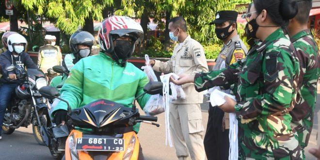 Berkah Barokah Prajurit Kodam IV/Diponegoro Berbagi Takjil Di Bulan Suci Ramadhan