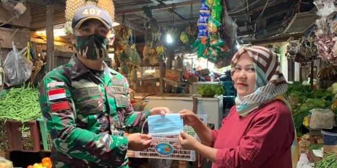 Pandemi Belum Berakhir, Satgas Yonif 407/PK Bagikan Masker Kepada Warga Perbatasan
