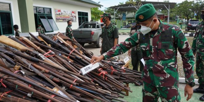 Satgas Yonif 407/PK Serahkan Barang Bukti Ratusan Senjata Api Rakitan & Munisi Hasil Operasi Selama Penugasan
