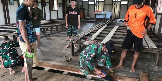 Satgas Pamtas Yonif 407/PK Bersama Warga Bergotong-royong Merenovasi Tempat Ibadah