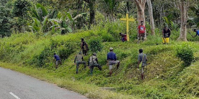 Dalam Rangka Peringatan Hari Pendidikan Nasional, Satgas Yonif 403/WP Bersama Masyarakat Membersihkan dan Merapihkan Lingkungan Sekolah di Perbatasan Papua
