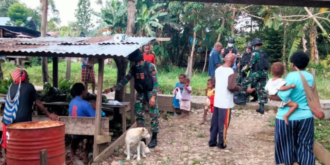 Dalam Rangka Jelang HUT Yonif 403/WP Ke-56, Satgas Pamtas Yonif 403/WP Bagikan Pakaian Layak Pakai Kepada Warga di Wilayah Perbatasan RI-PNG