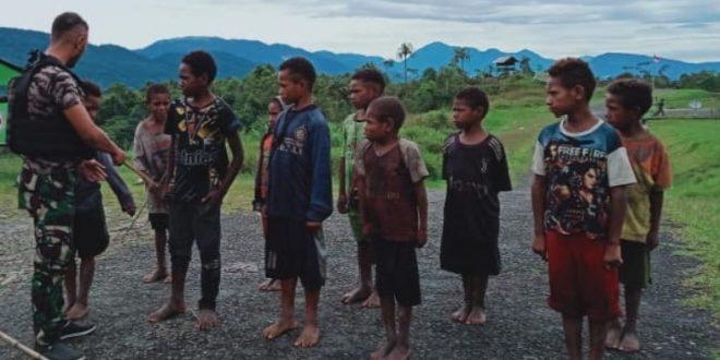 Menanamkan Jiwa Korsa Sejak Dini, Satgas Pamtas Yonif 403/WP Melatih Peraturan Baris Berbaris (PBB) kepada Anak-anak di Wilayah Perbatasan RI-PNG