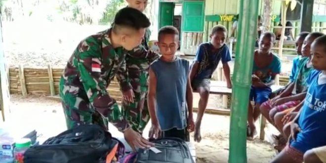 Turut Mencerdaskan Kehidupan Bangsa, Satgas Pamtas Yonif 403/WP Bagikan Perlengkapan Sekolah Kepada Anak-Anak di Wilayah Perbatasan RI-PNG
