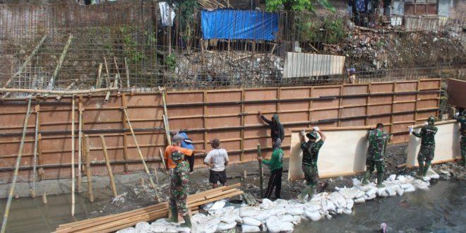 Guyub Rukun Sesarengan Satgas TMMD Kodim 0735/Surakarta Membangun Talud