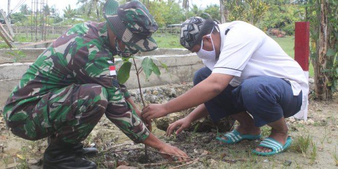 Dukung Program Pemerintah, Satgas Pamtas TNI Yonmek 403/WP Bersama Masyarakat Tanam 1200 Bibit Pohon Buah Bersertifikat di Wilayah Perbatasan RI-PNG