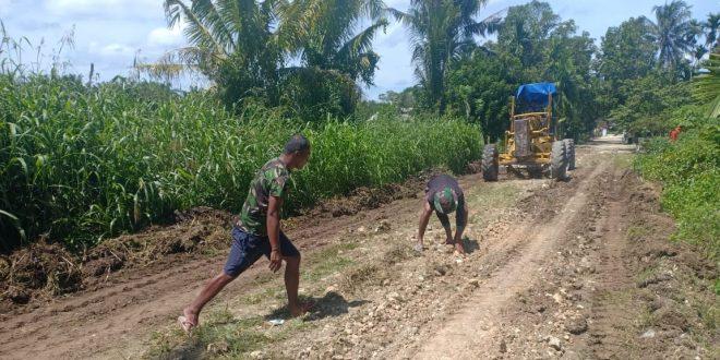 Perbaiki Jalur Perkampungan, Satgas Pamtas TNI Yonif Mekanis 403/WP Benahi Jalan Rusak di Wilayah Perbatasan RI-PNG