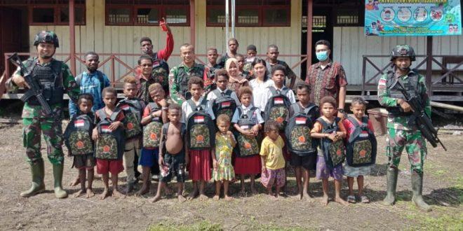Aksi Peduli Pendidikan, Satgas Pamtas TNI Yonmek 403/WP Bagikan Tas Sekolah Kepada Anak Usia Sekolah di Wilayah Perbatasan RI-PNG