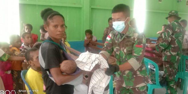 Pupuk Erat Persaudaraan, Satgas Pamtas TNI Yonmek 403/WP Bagikan Baju Layak Pakai Kepada Masyarakat di Wilayah Perbatasan RI-PNG
