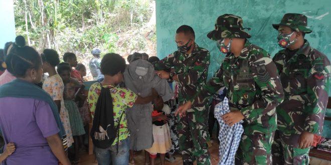 Sambut HUT TNI Ke-76, Satgas Pamtas Yonmek 403/WP Gelar Baksos Bagikan Baju Layak Pakai Kepada Masyarakat di Wilayah Perbatasan RI-PNG